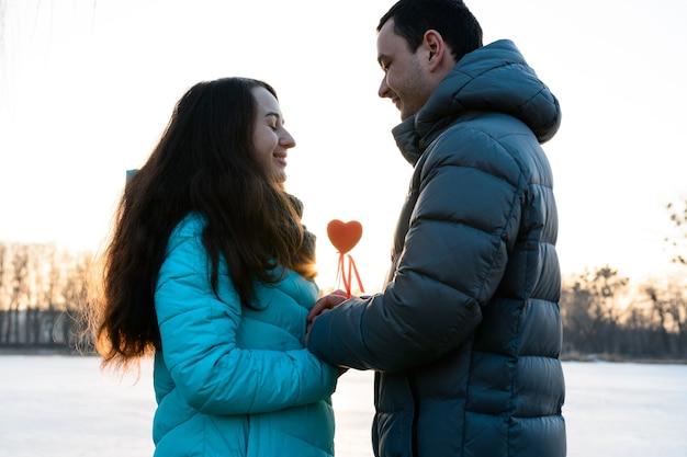 Verliefde paar in het park op valentijnsdag, wandelen in het avondpark voor twee, romantische avond. nieuw