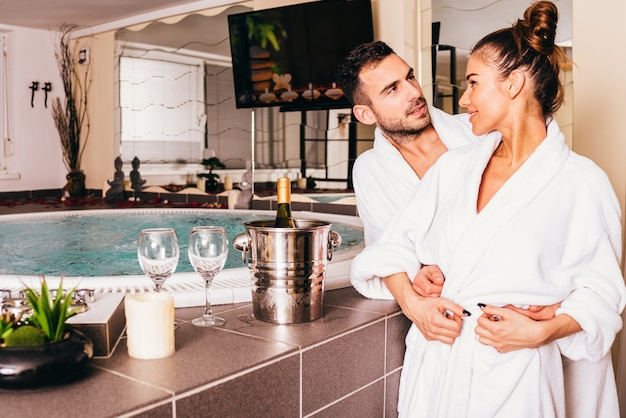 Verliefde paar in spa-centrum