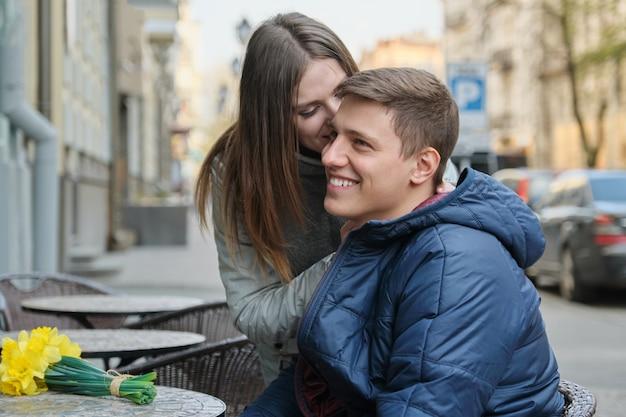 Verliefde paar in stad