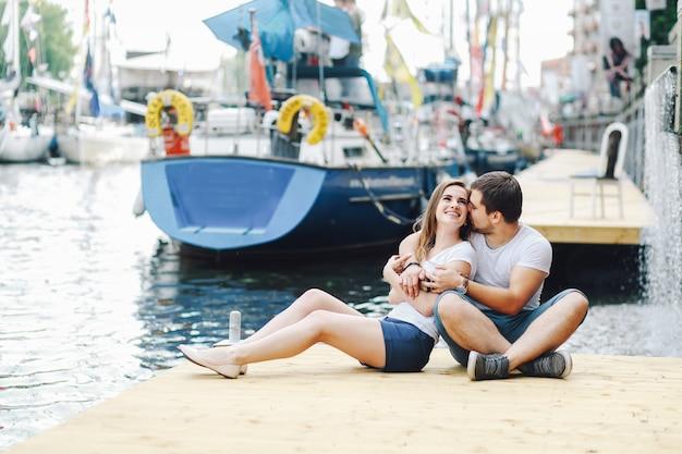 Verliefde paar knuffelen op pier in de zomer