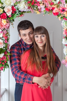 Verliefde paar knuffelen, zittend op de veranda, floral samenstelling.
