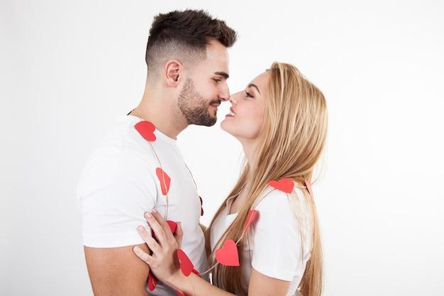 Verliefde paar knuffelen