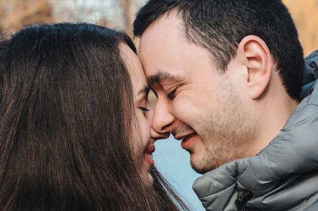 Verliefde paar kussen buiten bij zonsondergang - concept over mensen, liefde en levensstijl