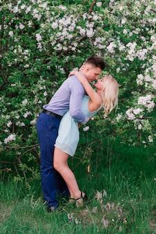 Verliefde paar kussen op de natuur, zomeravond, zonsondergang