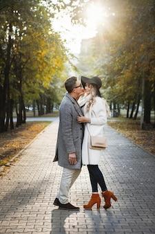 Verliefde paar kussen op een stoep steegje in het park.
