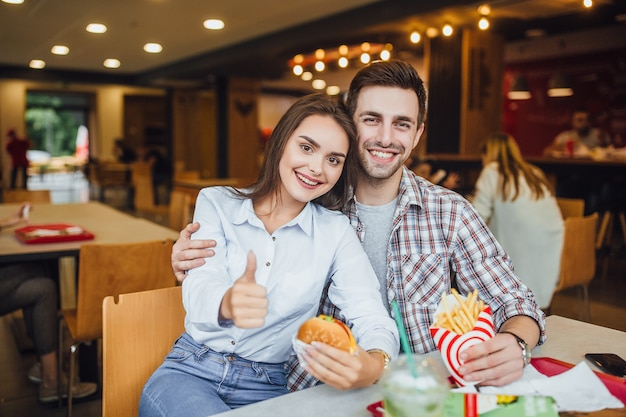Verliefde paar lunchen bij lokale fastfood