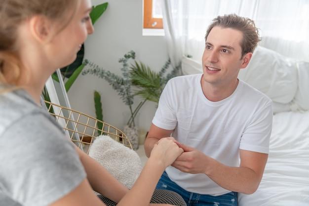 Verliefde paar man stelt voor om te trouwen met zijn vriendin in de slaapkamer