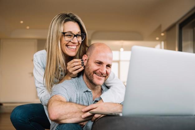 Verliefde paar met behulp van laptop