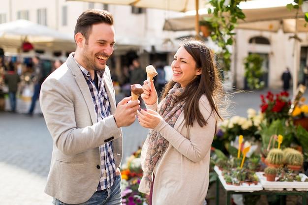 Verliefde paar met een ijsje in rome