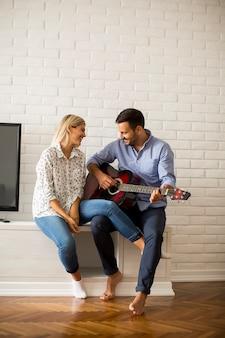 Verliefde paar met gitaar