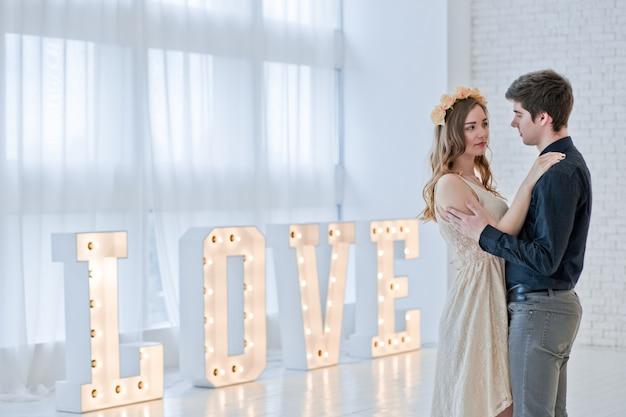 Verliefde paar met groot retro woord: liefde