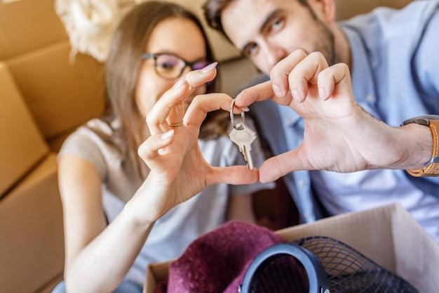 Verliefde paar met nieuwe flat