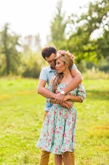 Verliefde paar mooie jonge mannen knuffelen in een zomerpark op een zonnige dag.