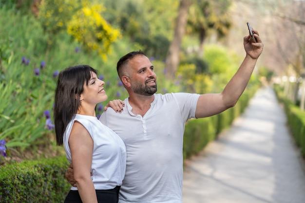 Verliefde paar nemen een selfie met een smartphone. horizontale fotografie