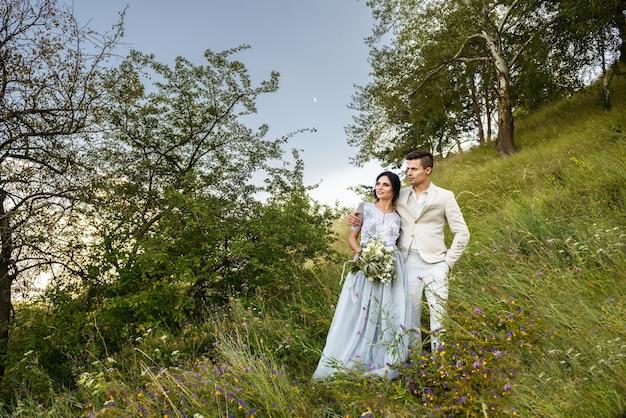 Verliefde paar omhelsde bruid en bruidegom kijken in de verte