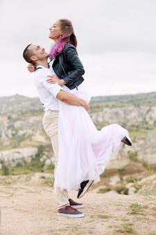 Verliefde paar ontmoet de dageraad in de natuur, een man en een vrouw knuffelen