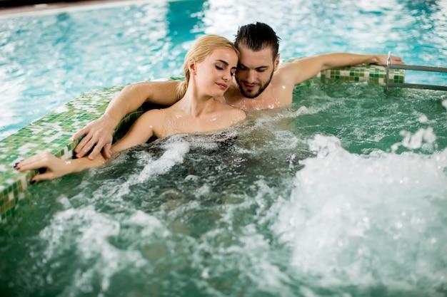Verliefde paar ontspannen in de hot tub