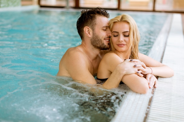 Verliefde paar ontspannen in het zwembad in de spa