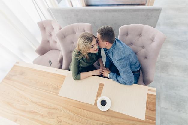 Verliefde paar op de datum in café portret van een emotionele liefde paar binnen