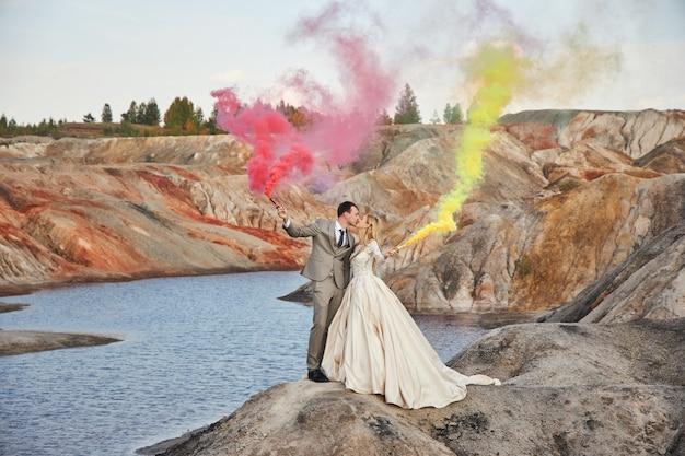 Verliefde paar op fantastisch landschap, bruiloft in de natuur, liefde kus en knuffel