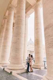 Verliefde paar op het sint-pietersplein in vaticaanstad