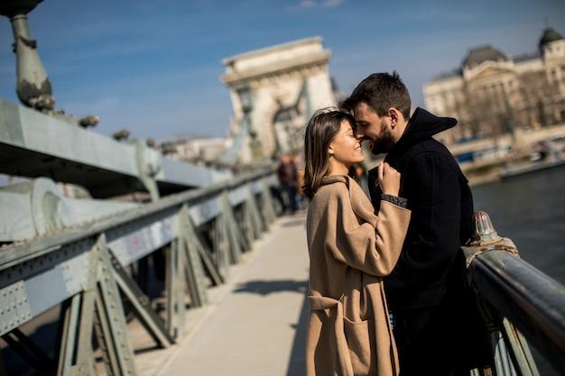 Verliefde paar op kettingbrug, boedapest