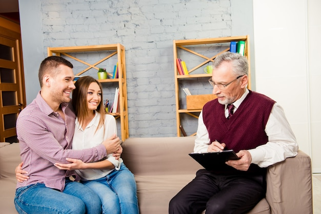 Verliefde paar oplossen van problemen met de hulp van psychotherapeut