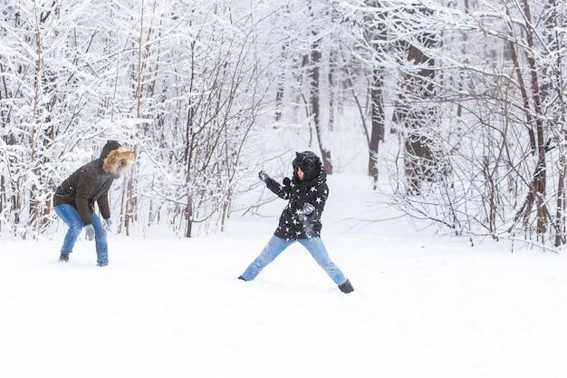 Verliefde paar plezier buitenshuis in snowpark