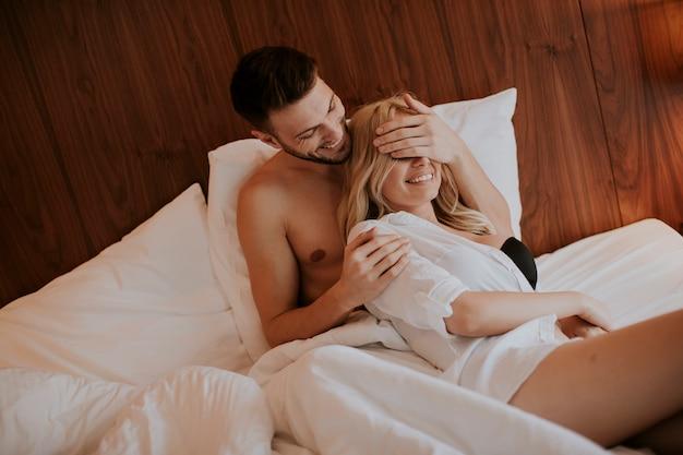 Verliefde paar plezier in het bed