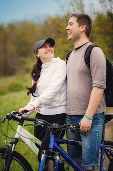Verliefde paar rijden door fietsen