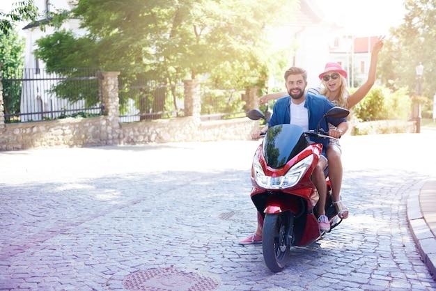 Verliefde paar rijden op een motorfiets