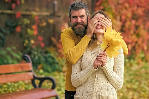 Verliefde paar spelen in herfst park. liefdesrelatie en romantiek.