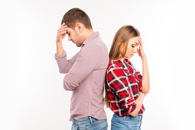 Verliefde paar staande rug aan rug elkaar negerend