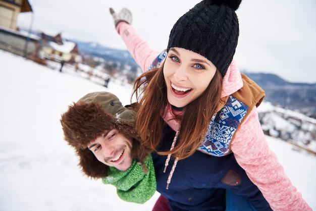 Verliefde paar tijdens wintervakantie