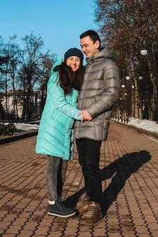 Verliefde paar wandelen door het park steegje op valentijnsdag.