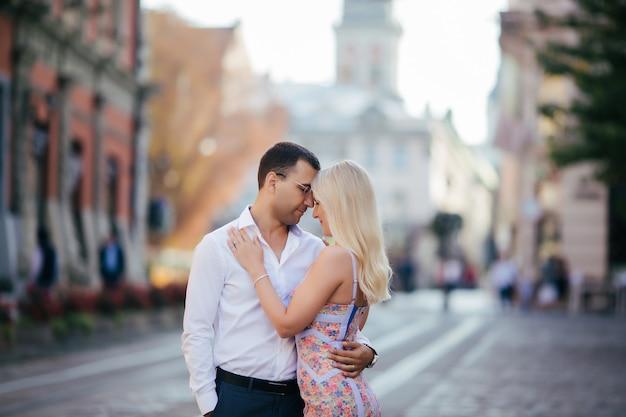 Verliefde paar wandelen in de stad