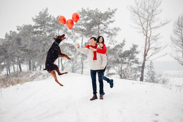 Verliefde paar wandelen in een winter park