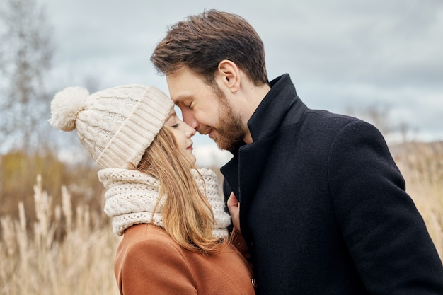 Verliefde paar wandelen in het park in herfst knuffels en kussen.
