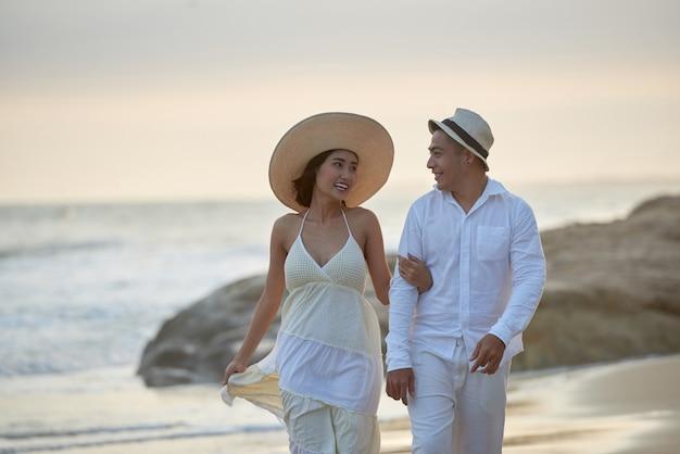Verliefde paar wandelen langs de kust