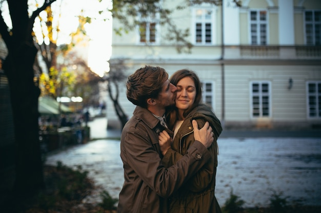 Verliefde paar wandelingen door de stad op een eerste date
