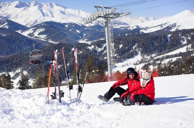 Verliefde paar zit op de top van een berg en rusten samen.