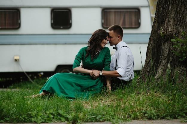 Verliefde paar zittend op het grasveld