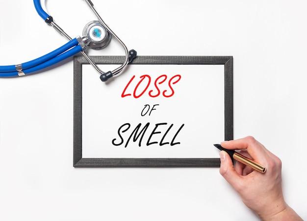 Verlies van geur inscriptie op papier in handen in handschoenen. anosmie, symptoom van coronavirus.
