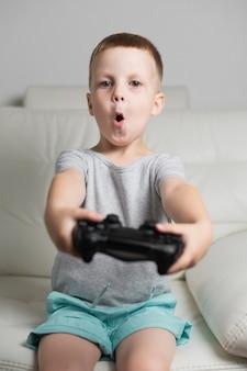 Verliet jongetje thuis spelen met joystick