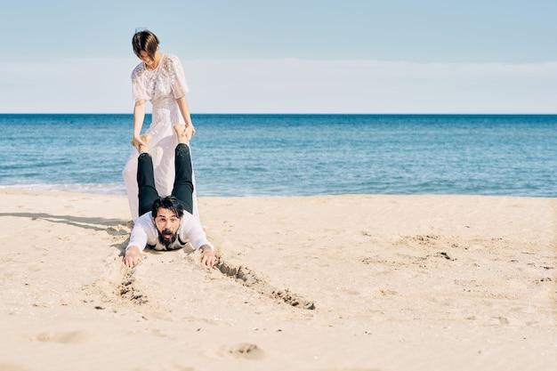 Verloofd paar kussen op het strand