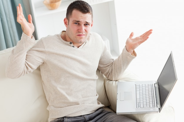 Verloren man met een laptop