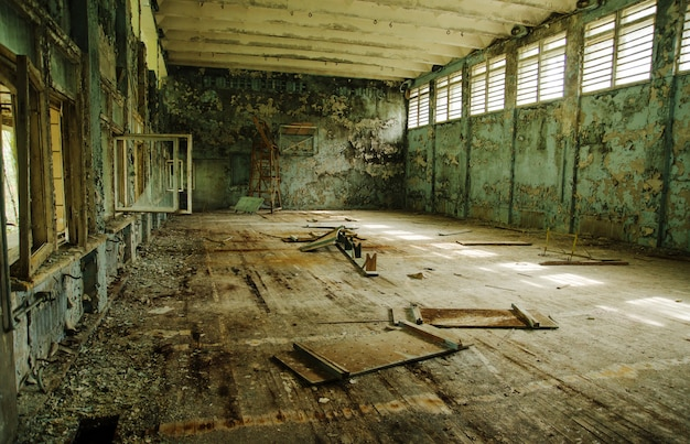 Verloren school sportschool in tsjernobyl stadszone van radioactiviteit spookstad.