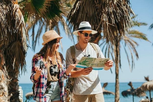 Verloren toeristen op het strand