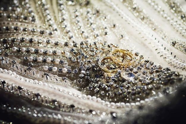 Verlovingsring, diamanten jubileumband en gewone trouwring