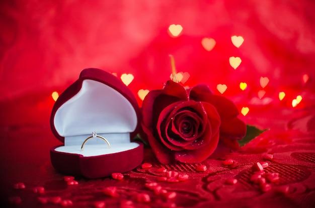 Verlovingsring en rode roos